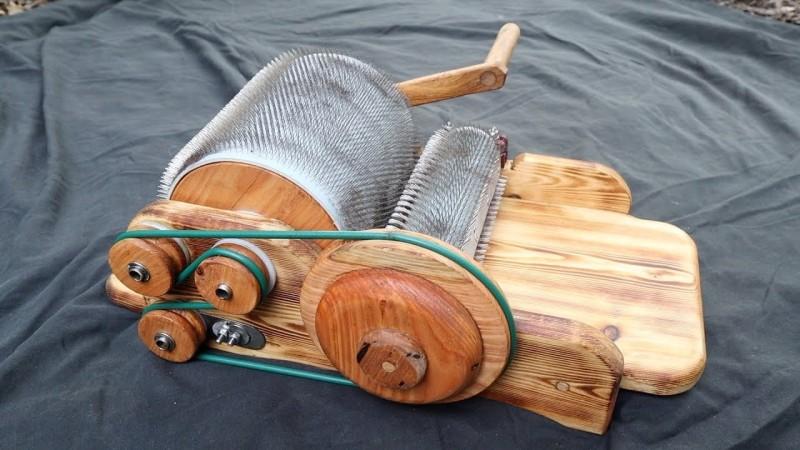 Artista de tambor artesanal prepara lana para hilar