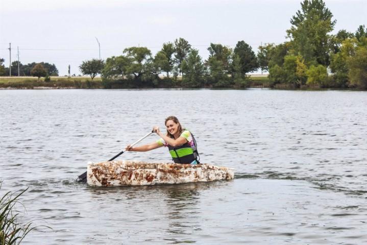 Raíces de canoa de hongos en la naturaleza