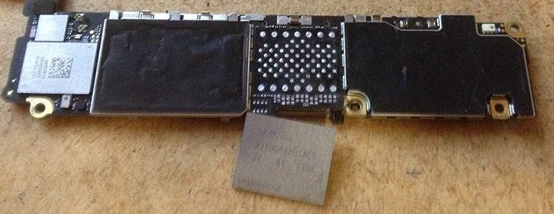 Chip NVMe de iPhone invertido con flashes personalizados