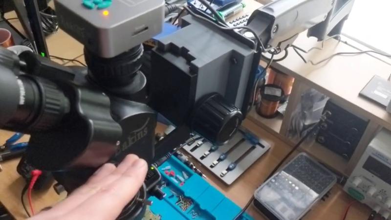 Reutilice el brazo del monitor como soporte microscópico