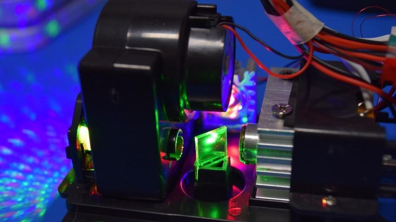 Desmontaje: ¿Qué hay dentro de un proyector láser navideño?