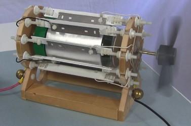 El motor de aspecto moderno funciona con electricidad inmóvil